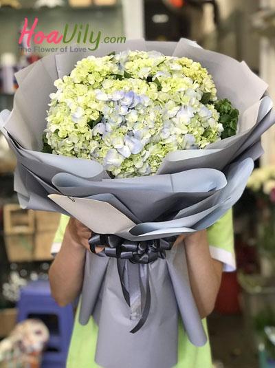 Bó hoa cẩm tú cầu - cô bé đáng yêu
