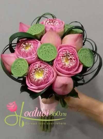 Bó hoa sen cầm tay cô dâu
