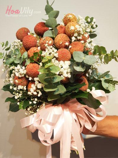 Bó hoa vải thiều xinh xắn