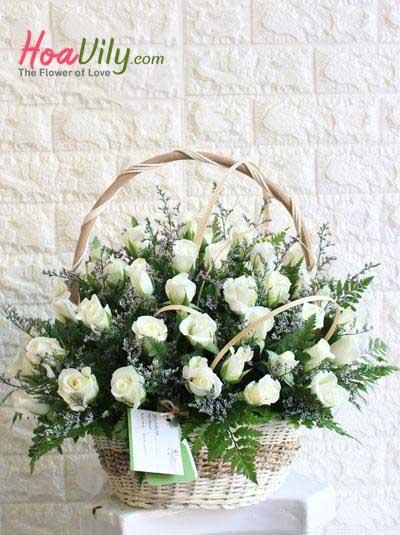 Giỏ hoa hồng trắng - Nét đẹp tinh khôi