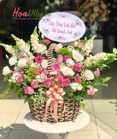 Giỏ hoa tươi đẹp chúc mừng để bàn