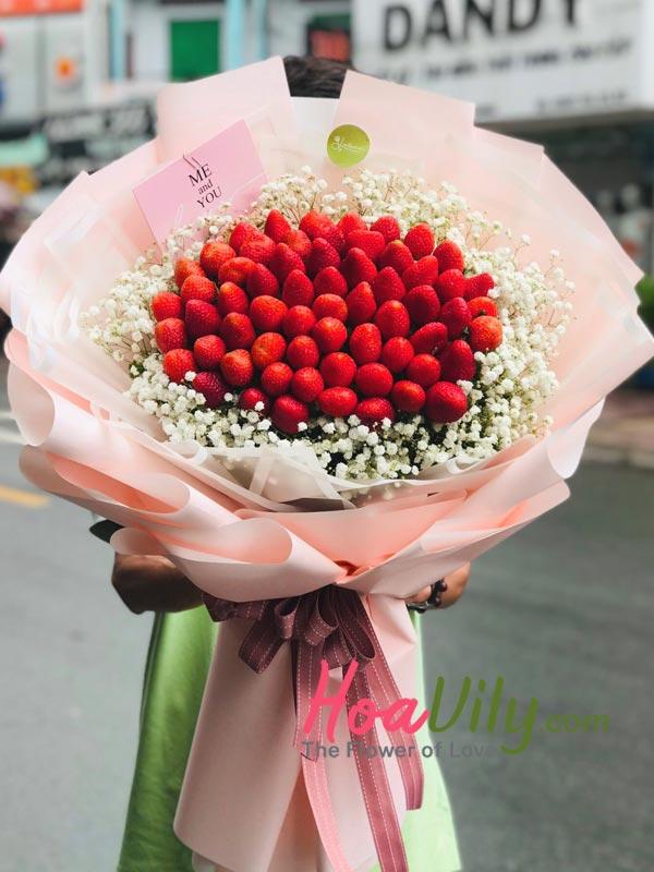 Bó hoa baby kết hợp dâu tây tặng vợ chúc mừng sinh nhật