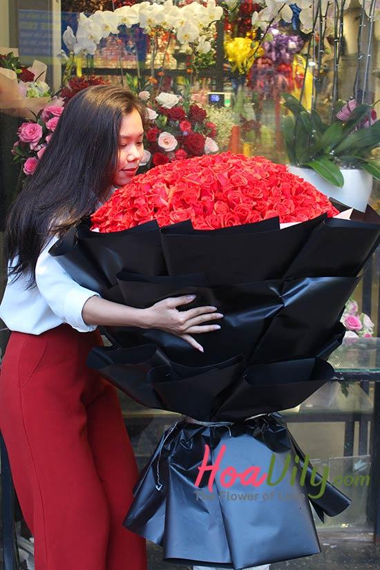 Hoa sinh nhật sang trọng từ 999 bông hoa hồng