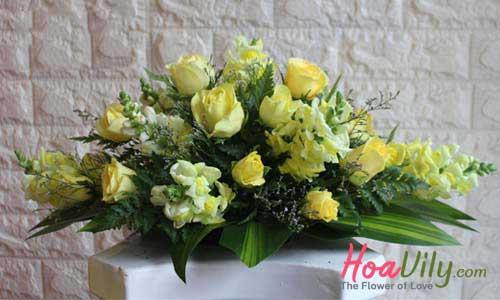 Hoa để bàn ăn tone vàng tươi