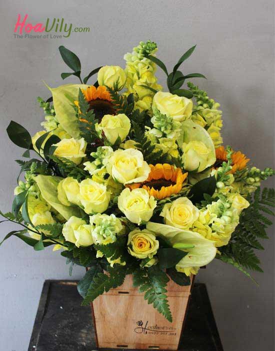 Hoa cắm hộp gỗ mang sắc vàng rực rỡ