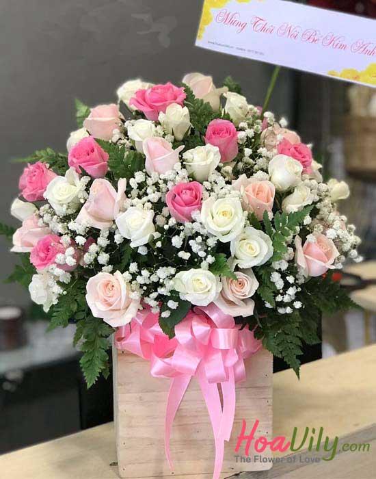 Hoa sinh nhật bằng hoa cắm hộp gỗ được kết từ các loại hoa hồng