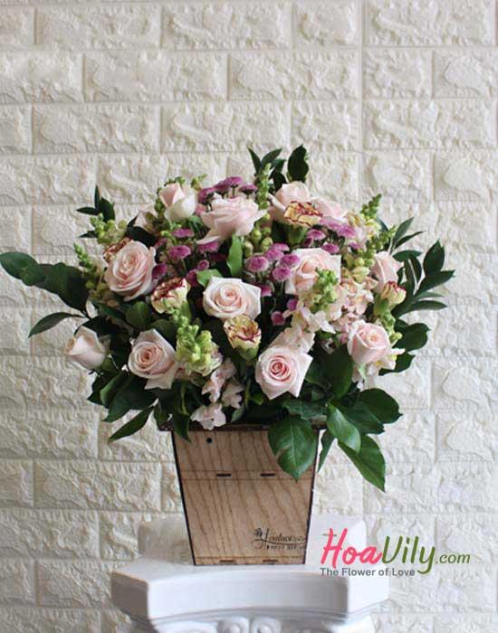Hoa cắm hộp gỗ với chủ đề Ngày đặc biệt