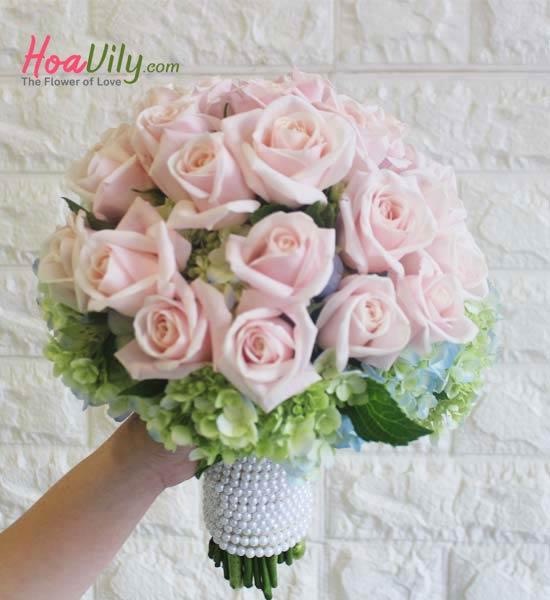Hoa hồng cầm tay cô dâu