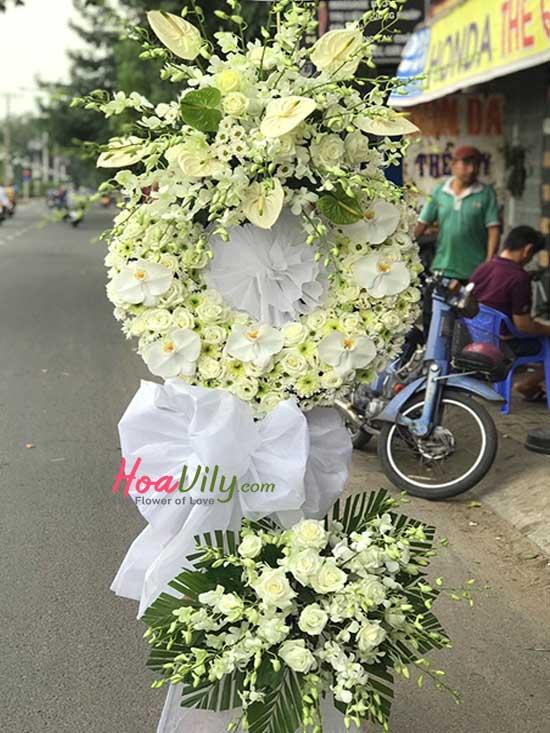 Kệ hoa chia buồn ngập sắc hoa lan thái trắng sang trọng