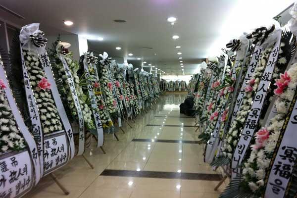 Lời nhắn cùng hoa tang lễ ở Hàn Quốc