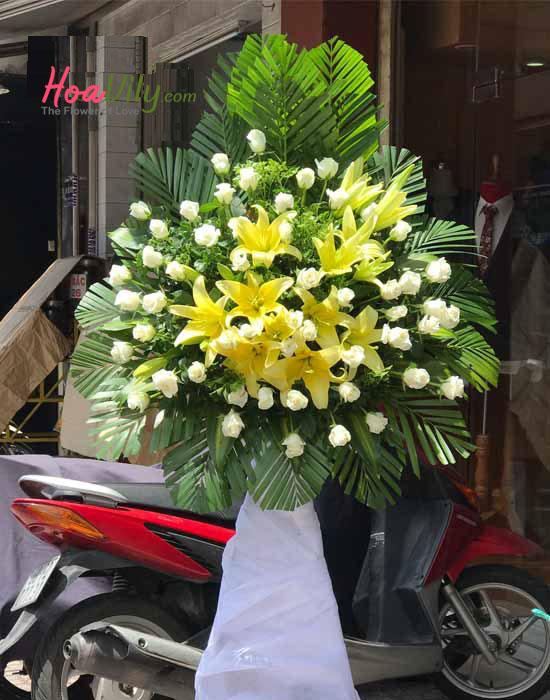 Kệ hoa chia buồn bằng hoa ly và hoa hồng
